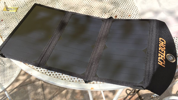 caricabatterie solare al sole ombrato